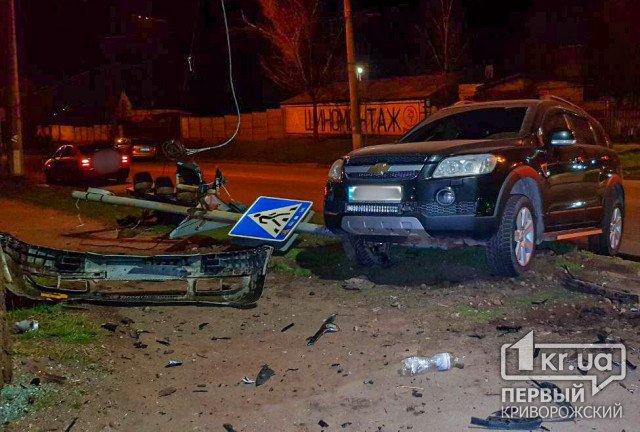 ДТП в Кривом Роге: два авто снесли светофор и знак пешеходного перехода