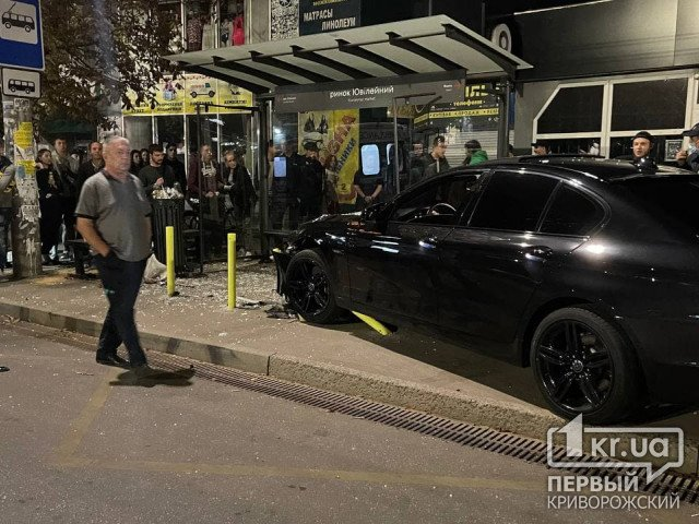 В Кривом Роге автомобиль врезался в остановку